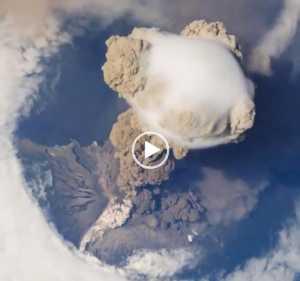 Erupção do Vulcão Sarychev vista da Estação Espacial Internacional