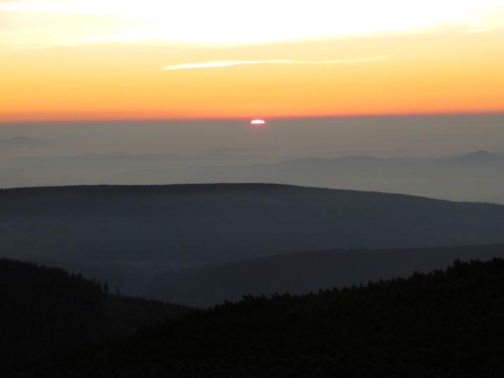 Tak wygląda wschód słońca ze szczytu Śnieżki, najwyższego szczytu w Sudetach (1602 m n.p.m).