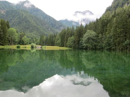 Planšarsko Jezero, w krystalicznie czystych wodach stawu odbijają się okoliczne szczyty.