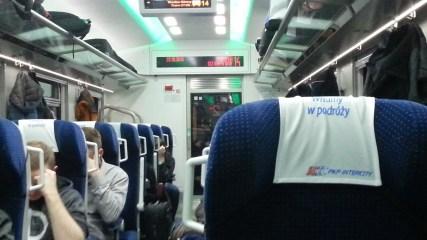 W piątek, 23 października, wsiadłem w pociąg i po blisko 6 godzinach dojechałem na miejsce. Pociąg iście kosmiczny, jeszcze pachnący, prujący po torach z zawrotną prędkością ponad 100 km/h na niektórych odcinkach ;) A bilet kosztował raptem 60 zł w jedną stronę, można więc jechać w przyzwoitych warunkach na drugi koniec Polski nie przepłacając. Z Gdańska wyruszyłem parę minut po 16:00 pociągiem intercity Mieszko, na miejscu we Wrocławiu byłem ok. 22:00.