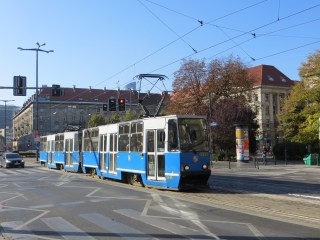 Sobota, 24 października, przywitała mnie piękną słoneczną pogodą; idealne warunki na zwiedzanie, przypominanie sobie i odkrywanie na nowo miasta, w którym nie byłem ponad 10 lat. Na zdjęciu plac Kościuszki i poczciwy Konstal105. W Gdańsku prawie już takich nie ma. Te we Wrocławiu mają się dobrze i podróżuje sie nimi - przynajmniej jak mam takie wrażenie - przyjemniej niż w Pesach.