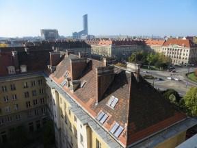 Widok na MDM i Wrocław w kierunku południowym z dachu domu handlowego Renoma, w tle sylwetka nowego symbolu miasta, wieżowca Sky Tower oraz biurowiec kompleksu handlowo-biurowego Arkady Wrocławskie.