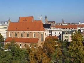 Doskonały widok na bardzo dużo miejsc charakterystycznych dla Wrocławia, w oddali kominy elektrociepłowni, wieża bazyliki Św. Elżbiety (kościół garnizonowy) oraz wieża ratusza.