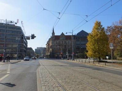 Perspektywa jednej z najsłynniejszych ulic Wrocławia, ulicy Świdnickiej: w tle Arkady Wrocławskie, z lewej Renoma, z prawej dom handlowy Podwale.