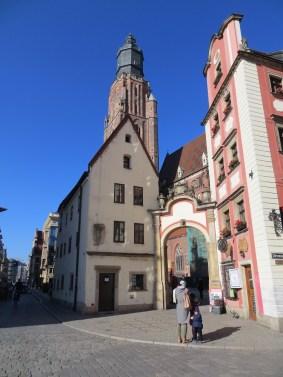 Domek Miedziorytnika, a za nim wznosi się dumnie wieża kościóła garnizonowego, czyli bazyliki Św. Elżbiety.