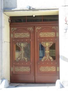 Piękne, secesyjne drzwi wejściowe robią wrażenie.