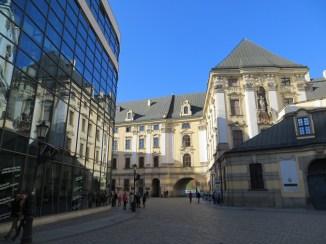 Hm, czy ktoś z moich uczniów wybiera się studiować na tej uczelni? Proszę Państwa, po prawej ten błyszczący, nowy gmach to część Wydziału Prawa, Administracji i Ekonomii Uniwersytetu Wrocławskiego, a sam Uniwersytet w tle :)