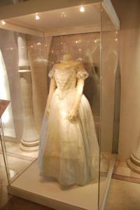 hr_alice_in_wonderland_experience_-_the_white_queen_dress