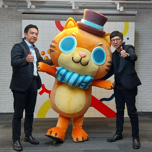 Dr. Toby Chan (right) The Chairman, and Mr. Tim Kondo (left), Director of Asia Licensing Association, and Mika of Cataholic Wonderland, Gold Award winner of 2020 Hong Kong Licensing Award Best New Character Design