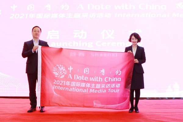Zhang Yong (left), deputy director of the Cyberspace Administration of China's news and communications bureau, launches the tour with China Daily website editor-in-chief Han Lei in Zhashui county, Shangluo city of Northwest China's Shaanxi province, April 19, 2021. [Photo/chinadaily.com.cn]