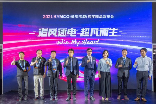 From right: Zhang Jingyi, CEO of FELO Technology, and Sherman Xie, CEO of Super SOCO at the launch ceremony of Ionex EV League at the Beijing International Motorcycle Exhibition 2021