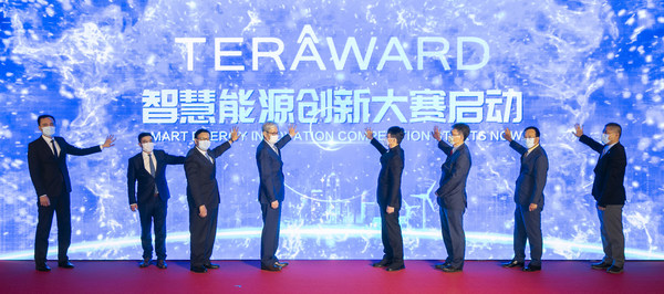 The launch ceremony for TERA-Award took place in Beijing and Hong Kong simultaneously. Officiating guests for the Hong Kong ceremony include Dr Lee Ka-kit, Member of the 13th National Standing Committee of the CPPCC, Vice Chairman of the All-China Federation of Industry and Commerce and Chairman of Henderson Land Group and Towngas (4th from right), Dr Fu Yuning, Member of the 13th National Standing Committee of the CPPCC, Chairman of Greater Bay Area Homeland Investments Limited and Ex-Chairman of China Resources Group (4th from left), Mr Alfred Chan Wing-kin, Towngas Managing Director (3rd from left), Prof. Christopher Y.H. Chao, Dean of Engineering of The University of Hong Kong (3rd from right), Dr Hu Zhanghong, CEO of Greater Bay Area Homeland Investments Limited (2nd from left), Mr Peter Wong Wai-yee, Towngas Deputy Managing Director (2nd from right), Mr Oscar Wong, Head of Business Development of Hong Kong Science and Technology Parks Corporation (1st from right), and Mr Lai Kam-to, Chairman of the Gas & Energy Division of The Hong Kong Institution of Engineers (1st from left).