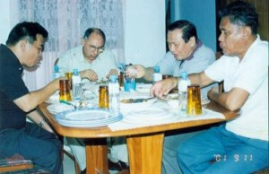 MILF Chairman Ustadhz Salamat Hashim serves his chicken adobo menu to his visitors.
