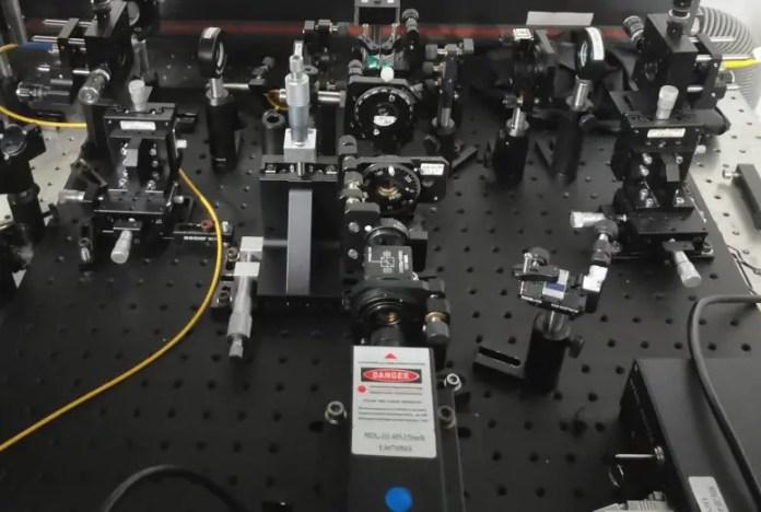 फोटॉन स्रोत क्वांटम राज्यों का उत्पादन करने के लिए उपयोग किया जाता है
