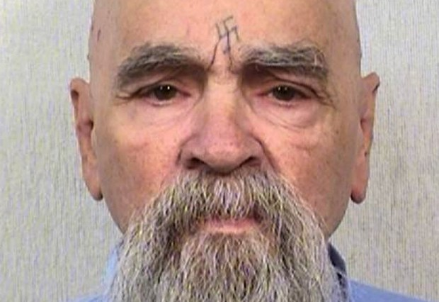 """Manson estremeció a EEUU en agosto de 1969 con una sangrienta espiral de violencia en la que él y los seguidores de su secta, conocidos como """"la familia Manson"""", asesinaron a siete personas para provocar una guerra racial."""