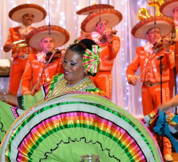 Bailes tradicionales mexicanos durante la celebración de los 30 años de Pancho Villa Restaurante en Fontana. Alejandro Cano, para Excelsior
