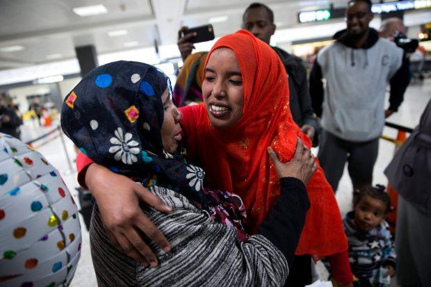 """STX01 CHANTILLY (ESTADOS UNIDOS) 06/02/2017.- Una madre (i) recibe a su hija de nacionalidad somalí (d) a la que denegaron el acceso tras el veto migratorio del presidente estadounidense, Donald Trump, en el aeropuerto de Chantilly, Virginia, Estados Unidos, hoy, 6 de febrero de 2017. El veto migratorio sufrió el domingo un nuevo golpe cuando un tribunal de apelaciones se negó a restaurarlo, aunque el Gobierno ha prometido agotar """"todos los medios legales"""" para devolverle la vigencia. Mientras muchos inmigrantes con visado de los países afectados por el veto migratorio se apresuraban a viajar a EEUU aprovechando la suspensión temporal del decreto, el Gobierno de Trump se recuperaba de un nuevo revés judicial y prometía seguir con una batalla que probablemente acabará en el Tribunal Supremo. EFE/Shawn Thew"""