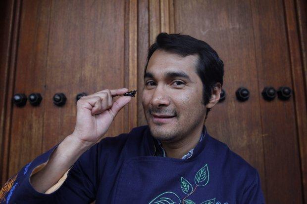 Acompaña crónica MÉXICO GASTRONOMÍA - MEX05. CIUDAD DE MÉXICO (MÉXICO), 07/02/2018.- Fotografía fechada el día 02 de enero de 2018, que muestra al chef mexicano Irad Santacruz, quien muestra un insecto durante entrevista con Efe en Ciudad de México (México). En la oscuridad y con los ojos vendados, los invitados comen los insectos preparados por el cocinero Irad Santacruz en una degustación que rompe tabúes y sensibiliza con el sabor de estos animales considerados el alimento del futuro. EFE/Sáshenka Gutiérrez