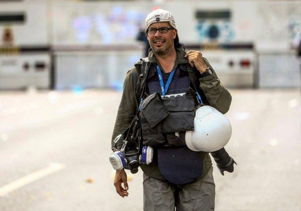 """GRAF1419. CARACAS, 06/05/2017.- Fotografía facilitada por Ronaldo Schemidt, de este fotoperiodista venezolano mientras cubría una manifestación el 06/05/2017 en Caracas. Schemidt, autor de una de las instantáneas nominadas al World Press Photo 2018 en la que retrata a un joven en llamas durante una protesta en Caracas, ha explicado en una entrevista con Efe, que disparó la cámara """"sin saber qué había delante"""". EFE/ Cristian Hernandez ***SOLO USO EDITORIAL***"""