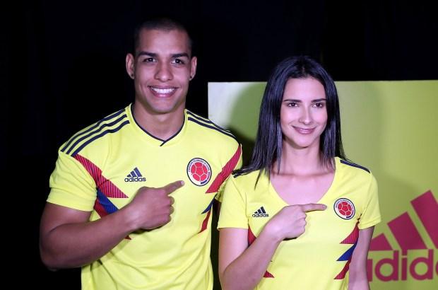BOG14. BOGOTÁ (COLOMBIA), 07/11/2017.- Modelos exhiben la nueva camiseta de la selección Colombia de fútbol durante el lanzamiento de la nueva camiseta de la selección Colombia de fútbol hoy, lunes 07 de noviembre de 2017, en Bogotá (Colombia). Los exfutbolistas Freddy Rincón y Faustino Asprilla lucieron hoy la nueva camiseta de la selección colombiana, inspirada en la que lució el equipo cafetero en el Mundial de Italia 1990 y que vestirán sus sucesores en Rusia 2018. EFE/Mauricio Dueñas Castañeda
