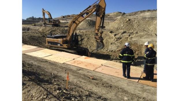 Las brigadas de bomberos del condado de Orange buscan a trabajador de la construcción que se cree fue enterrado durante el colapso de una trinchera en Lake Forest. (Cortesía de Bomberos del Condado de Orange)