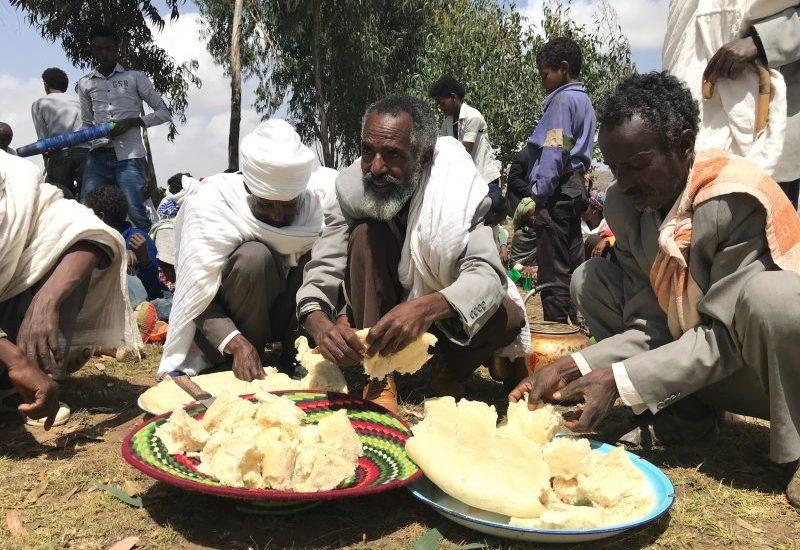 uomini spezzano il pane etiopia africa adigrat Lalibela