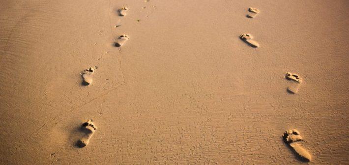Piedi sulla sabbia scomfort zone traccia cammino personale in viaggio