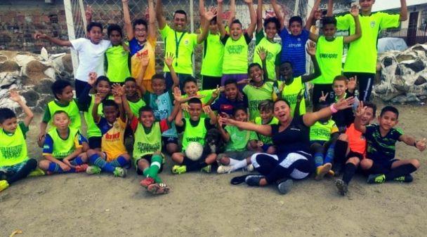 la squadra di calcio di sembrando paz y esperanza comuna 13 Medellin fare volontariato in Colombia progetto sostenuto da Mattia Fiorentini viaggiatore e fondatore di Scomfort Zone