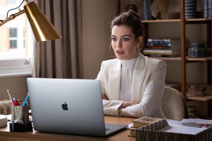 Anne Hathaway al PC in Locked Down