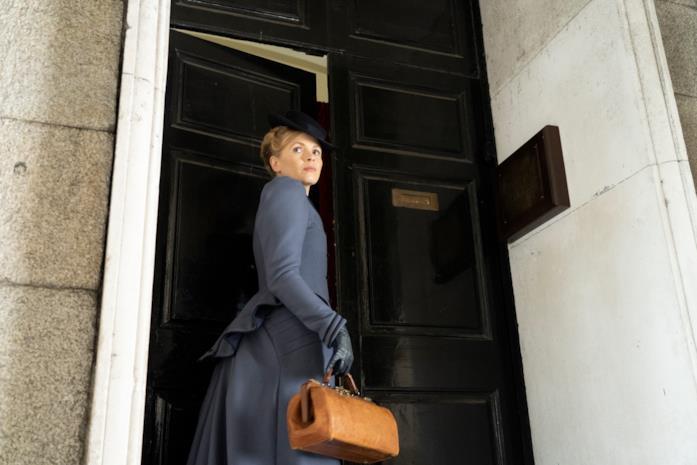 Kate Phillips in una scena della serie Miss Scarlet and the Duke