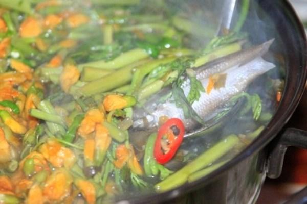 6.Hot pot with siamese mud carp and common sesban flower (Lau ca linh bong dien dien)