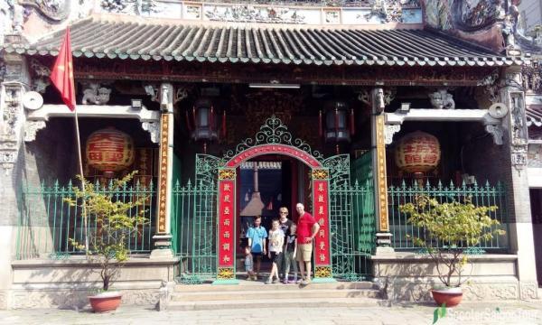 saigon motorbike tour at thien hau temple