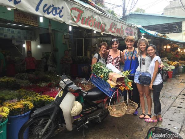 visiting-ho-thi-ky-flower-market-on-saigon-sightseeing-tour-and-street-foods-by-motorbike-tracy-do