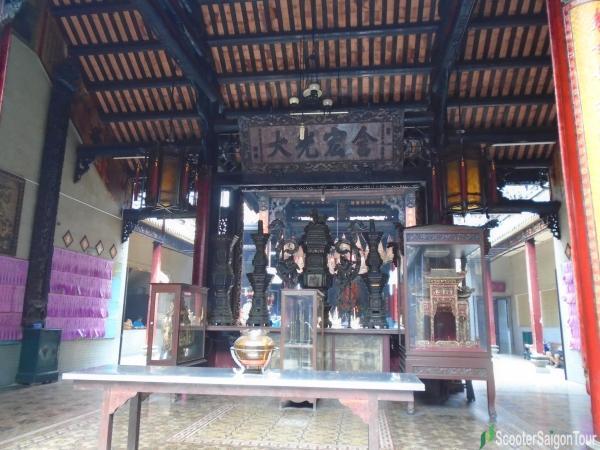 antiques in Thien Hau Temple Saigon tracy