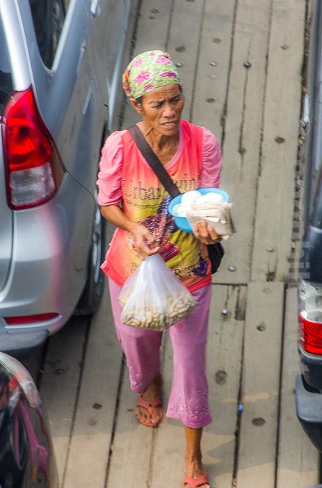 IMG_0625- penjual kacang rebus dan telur di pelabuhan Tutuk Samosir