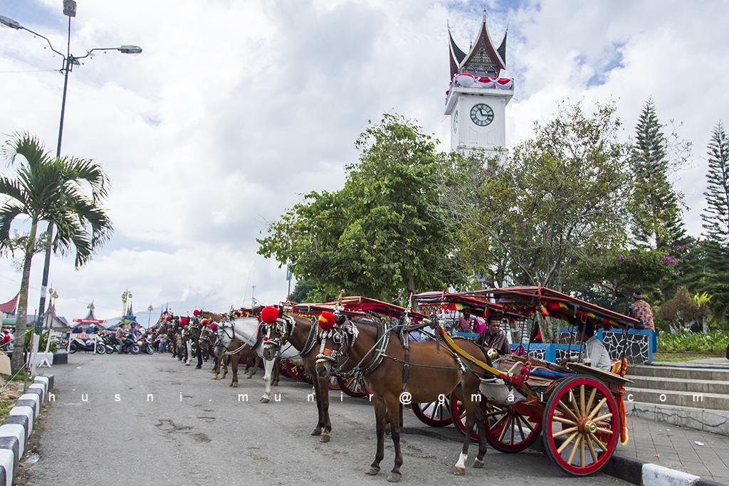 Jam Gadang Bukit Tinggi dan alat transportasi tradisional Bendi