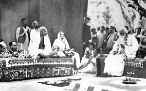 Gandhi_with_Tagore_Shantiniketan_1940