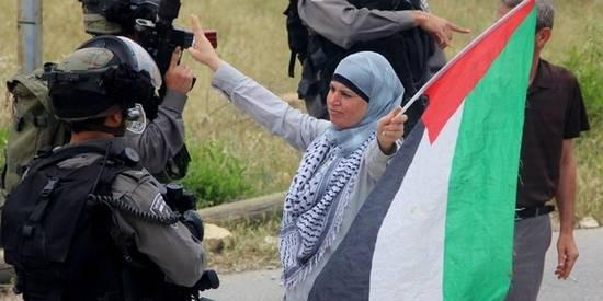 Manal Taimimi, delante de soldados israelíes durante la celebración de una protesta el 3 de mayo de 2013. © Tamimi Press