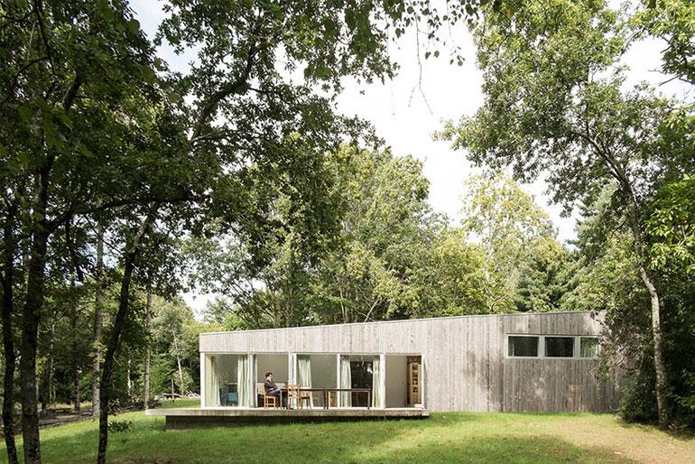 atelier-mima-maison-JJS.M-timber-house-nivillac-france-designboom-01