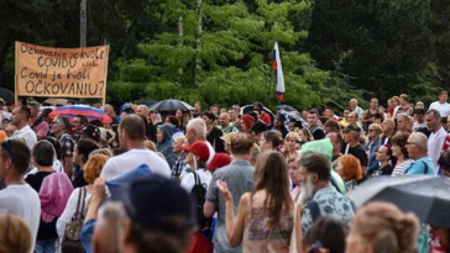 Haos u Slovačkoj: Građani izašli na ulice, policija ispalila suzavac; ima povređenih VIDEO