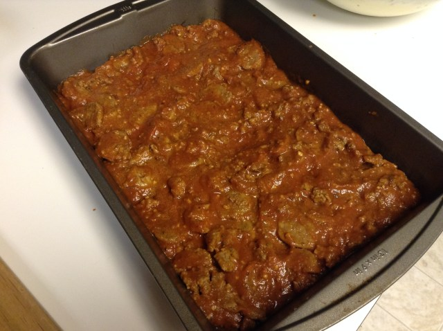 Fill the bottom of the pan with 1/2 of the meat sauce