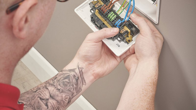 FIRST-OF-ITS-KIND Fast Fit 2GSocket: AVAILABLE AT SCREWFIX