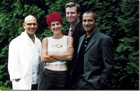 Prod DB © Alya Productions / DR CRIMES EN SERIE (CRIMES EN SERIE) serie TV 1998 avec Christian Hecq, Clemence Boue, Yvon Back et Pascal Legitimus photo de famille, bras croises, blouse autre titre: Thomas Bertier