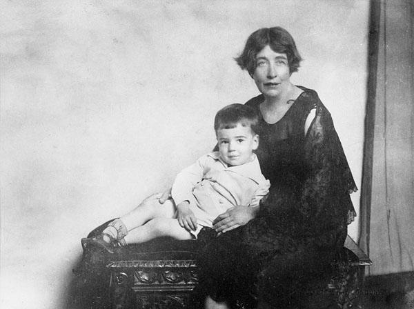 Sylvia Pankhurst avec son fils dans les années 30