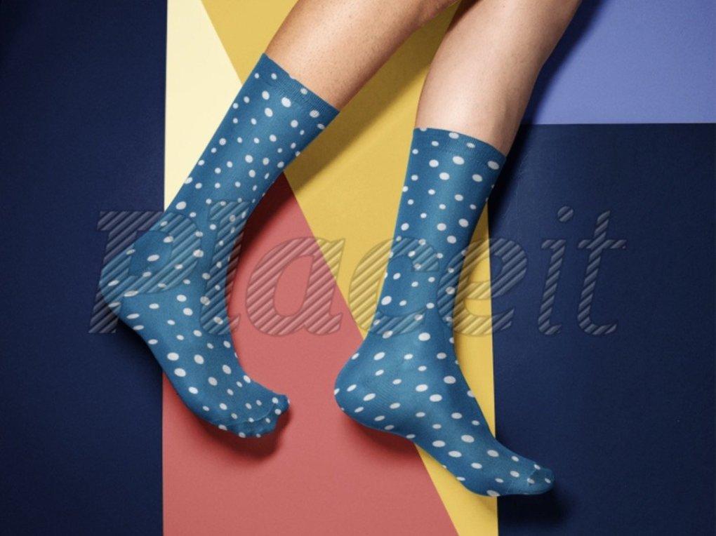 Maquette de chaussettes devant un fond multicolore