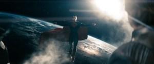 """Superman em posição redentora. Cena de """"Homem de Aço"""" (2013)."""