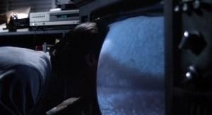 Renn adentra o televisor em um beijo com Nicki. Cena de Videodrome (1983).