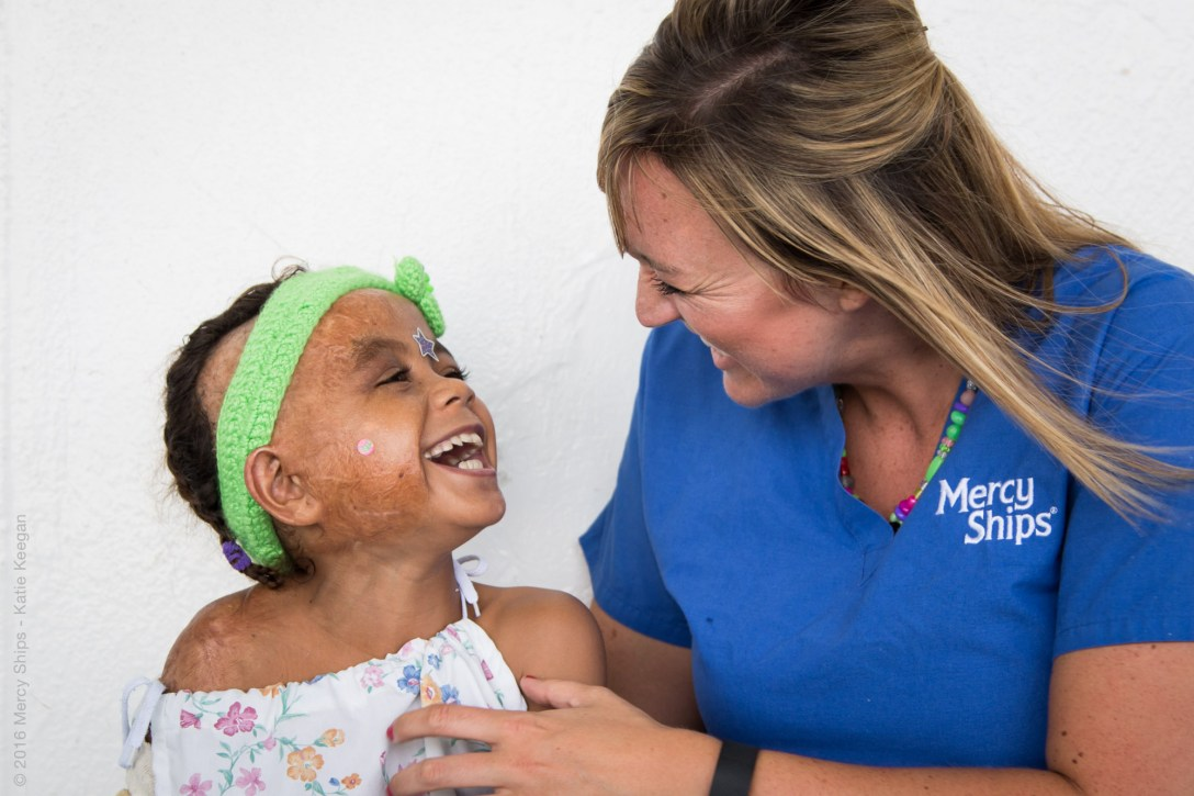 ©2016 Mercy Ships - Photo Credit Katie Keegan - Ward Nurse Nikki VERMEER (USA) plays with a patient on Deck 7