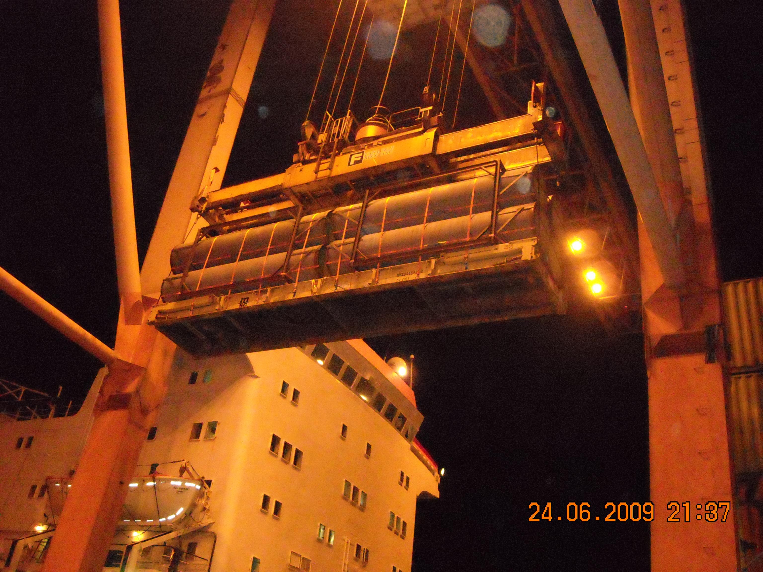 Le operazioni di imbarco al Terminal Container del Porto di Ravenna