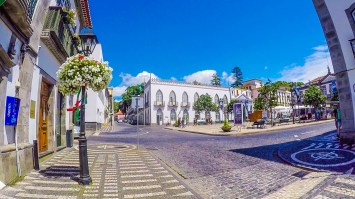 The cobblestone streets and squares of Angra do Heroismo beg for exploration. (Photo credit: Kenzo Kiren)